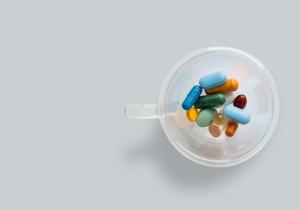 Estudo explora relação entre vinculação entre mães e filhos e a toma de antibióticos na infância